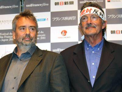日本を称えたリュック・ベッソン監督と「原発絶対反対」のハチマキを巻いたジャン=ポール・ジョー監督