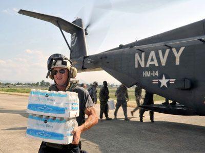 ハイチにて救援物資を自ら運ぶショーン・ペン