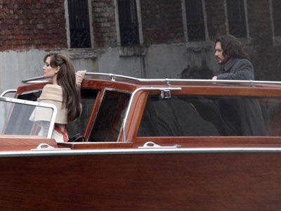 ヴェニスで『ザ・ツーリスト』(原題)撮影中のジョニー・デップとアンジェリーナ・ジョリー