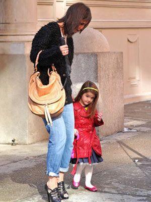 こちらは先週、11日、ママのケイティとニューヨークをショッピング中のスーリちゃん! 黄みどり色のカチューシャがポイント