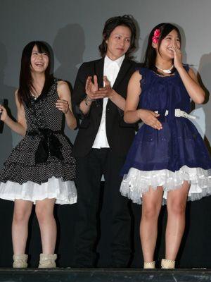 コンサートのような熱気です!(左から)AKB菊地、荒木宏文、AKB仲川