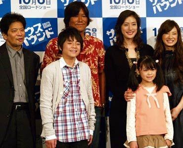 左から後列左から森田芳光監督、豊川悦司、天海祐希、北川景子、前列左から田辺修斗、松本梨菜