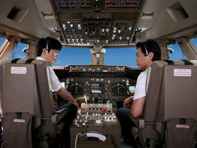 「みなさま、これより機内試写をお楽しみください」-映画『ハッピーフライト』の田辺誠一と時任三郎