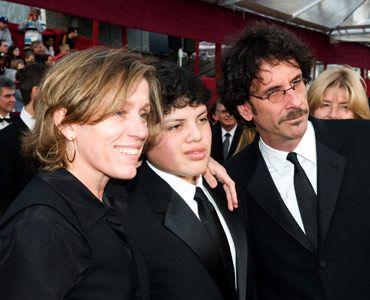 妻のフランシス・マクドーマンドとレッドカーペットに現れたジョエル・コーエン