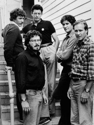 ローレンス・カスダン監督(左手前)と、『再会の時』の出演陣 - 左からトム・ベレンジャー、ジェフ・ゴールドブラム、ケヴィン・クライン、ウィリアム・ハート