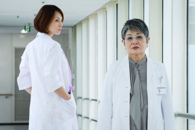 米倉涼子と泉ピン子 - 「ドクターX ~外科医・大門未知子~」より