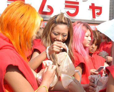 笑顔で氷のうを配る色とりどりなギャルのみなさん(写真中央が藤田志穂)