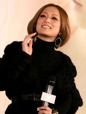 目元が特にそっくり! ツイッターで母親の顔写真を公開した浜崎あゆみ