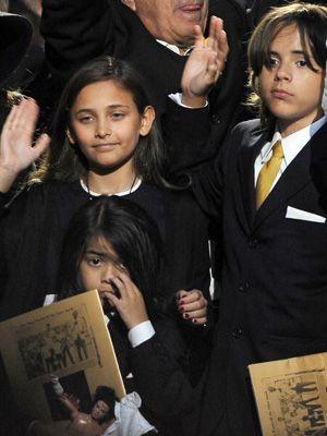 12歳のパリス(左上)と13歳のプリンスは、カリフォルニア州にあるザ・バックリー・スクールに通う。8歳の次男ブランケット(左下)は、これまでどおり自宅学習