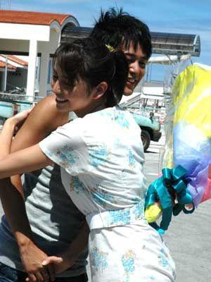 花束贈呈で、自然にあたたかい抱擁!