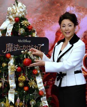 きらびやかなクリスマスツリーと松坂慶子