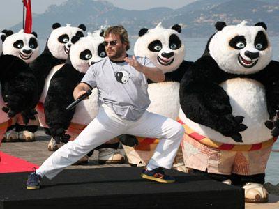 パンダに囲まれるジャック・ブラック-決まった!……