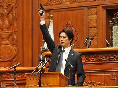 堤さん(尾形)が国会で銃を!?-映画『SP 革命篇』より
