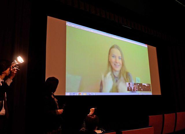 遠隔手話通訳による舞台あいさつの模様 - スクリーンに映っているのは主演女優ヤナ・ノヴィコヴァ
