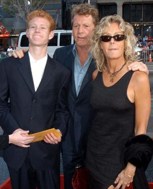 母のためにがんばるレッドモンド・オニールと父親のライアン・オニール、そして母親のファラ・フォーセット