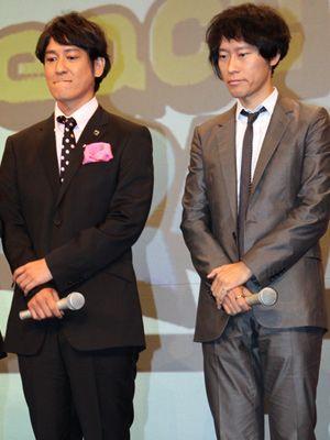 マイクを持つ手までそっくりなココリコ田中(左)と伊東監督(右)
