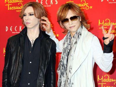 左がYOSHIKI等身大フィギュア、右がYOSHIKI