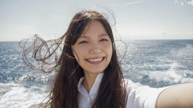 これはかわいい! - 新テレビCM「私の写真は、私の今だ。海に着く」編より宮崎あおいの自撮り写真