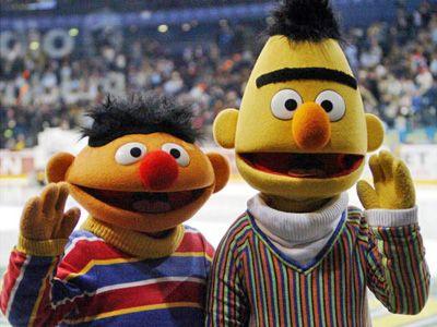 ゲイ疑惑が否定されて一安心?のアーニー(左)とバート(右)
