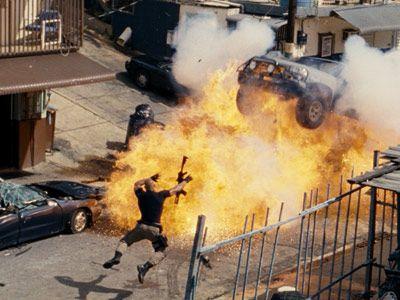 ぶっ飛びすぎの大爆発! 役者さんは無事だったんでしょうか……-映画『ワイルド・スピード MEGA MAX』より