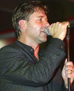 ラッセル・クロウ、コンサートでの喫煙が問題に