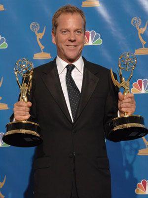 第58回エミー賞プレスルームにて、トロフィーを両手に持つキーファー・サザーランド