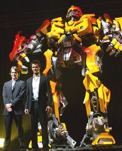 4000人が大興奮! 目の前で車が巨大ロボットにトランスフォーム!