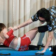 女子プロレスラーの風香、男性の股間にケリで痴漢を見事撃退!