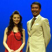 田中麗奈の艶やか赤ドレスに黒の網タイツに視線がくぎ付け! 華やかムード『鳳凰 わが愛』
