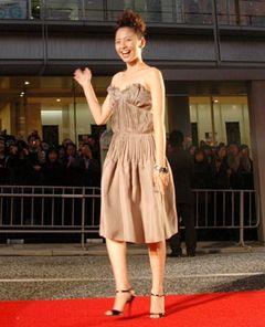 大胆なドレス姿の長澤まさみなどが登場し華々しく開幕