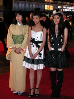 艶やか着物の山口智子とミニスカ成海璃子がロンドンに!『ライラの冒険』プレミア大盛況!