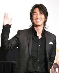 素顔は超セレブな恥じらい王子!ヨン様のライバルを演じたユン・テヨン