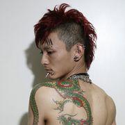 『蛇にピアス』アマ役は裸体に龍の刺青!顔に15個のピアス!