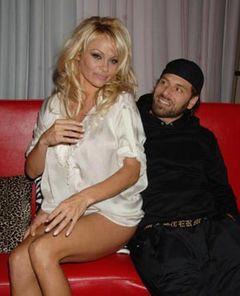 パメラ・アンダーソン、結婚2か月で離婚を申請。でも、「うまくいくよう努力しています」