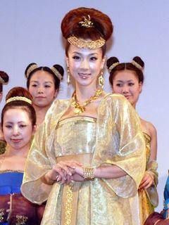 ほしのあき、胸元締め付け王妃コスプレで「巨乳帝国」を作ると宣言!!
