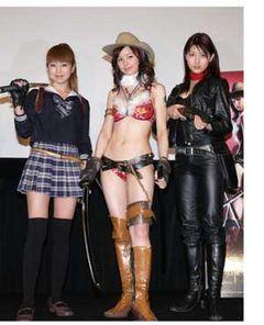 大胆ビキニ、セーラー服、レザースーツと男の願望を満たすセクシー美女3人が集結!