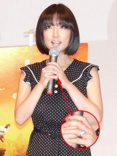 MEGUMI、左手薬指に指輪がキラリ!実はメタボなおなかに癒やされる?