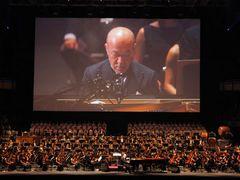 「ポニョ」「トトロ」「ナウシカ」久石譲の汗だく演奏に9,500人大合唱!