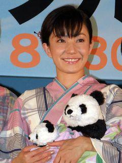 菅野美穂、ピンクの浴衣姿がみょ~に色っぽい!注目しているのは北島康介!
