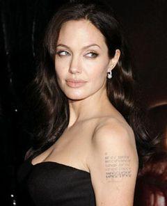アンジェリーナ、左腕のタトゥに双子の生まれたフランスを加える