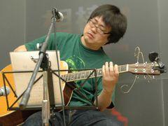 『相棒』鑑識・米沢守を演じる六角精児が「おれを見ていろ!」とギター片手に熱唱!