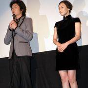 中谷美紀、ナマ足美脚で観客を悩殺!黒の超ミニスカチャイナドレス姿を披露