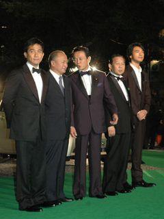 麻生総理大臣が金城武らと六本木のグリーンカーペットを堂々歩く!