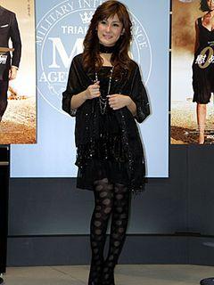椿姫彩菜、黒のセクシードレスでボンドガールに変身!