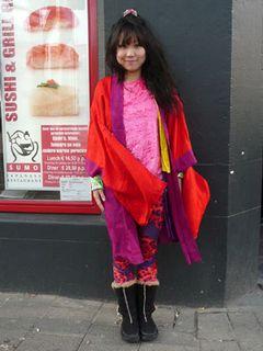 道行く人に指をさされまくるド派手のファッション日本人監督がロッテルダム国際映画祭に登場!