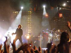 ものすごい臨場感!U2が飛び出して、観客全員のすぐそばに!