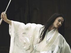 小雪の妖艶な戦闘スタイル解禁!日本刀でセーラー服のチョン・ジヒョンと対決!