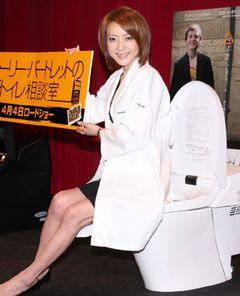 西川史子がトイレに座って男子高校生たちに恋愛指南!