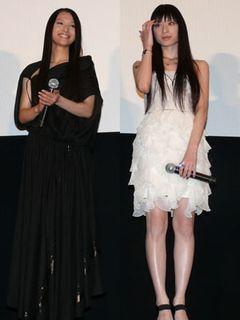 妖艶対決!純白ミニ美脚見せの栗山千明vs.黒のエレガント美肩見せドレスの芦名星
