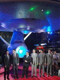 アメリカで爆発的ヒット!新「スター・トレック」新宿に巨大宇宙船現れ、盛大なプレミア開催!